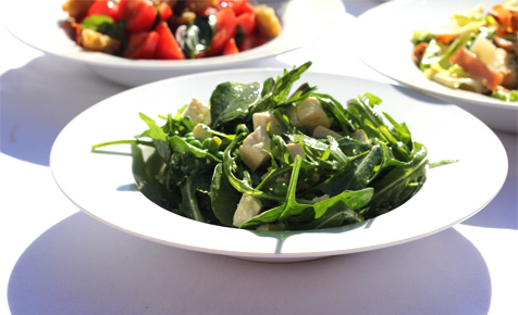 Green salad with peas and feta
