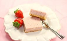 Strawberry no bake cheesecake slice