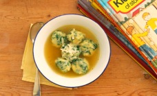 Spinach and ricotta gnocchi in broth