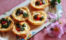 Mini tarts with tomato and basil