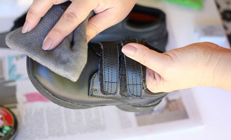 How to polish school shoes