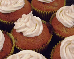 Banana cupcakes with honey cream