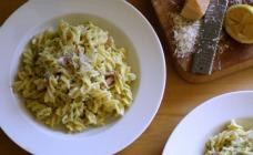 Creamy zucchini and bacon fusilli