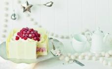 Coconut and raspberry ice cream cake