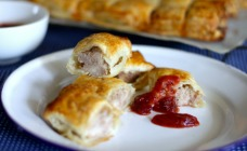 Turkey sausage rolls with cranberry and tomato sauce