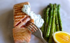 Barbecued salmon with asparagus