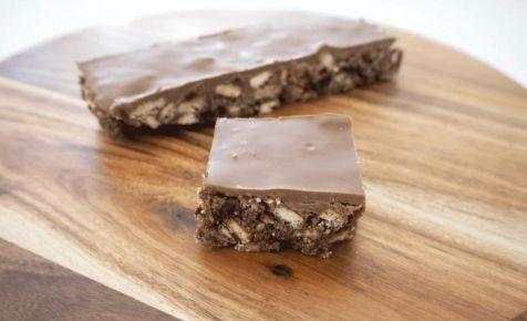 No-bake chocolate and raisin slice